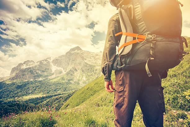 Viajero hombre con mochila montañismo viajes concepto de estilo de vida - foto de stock