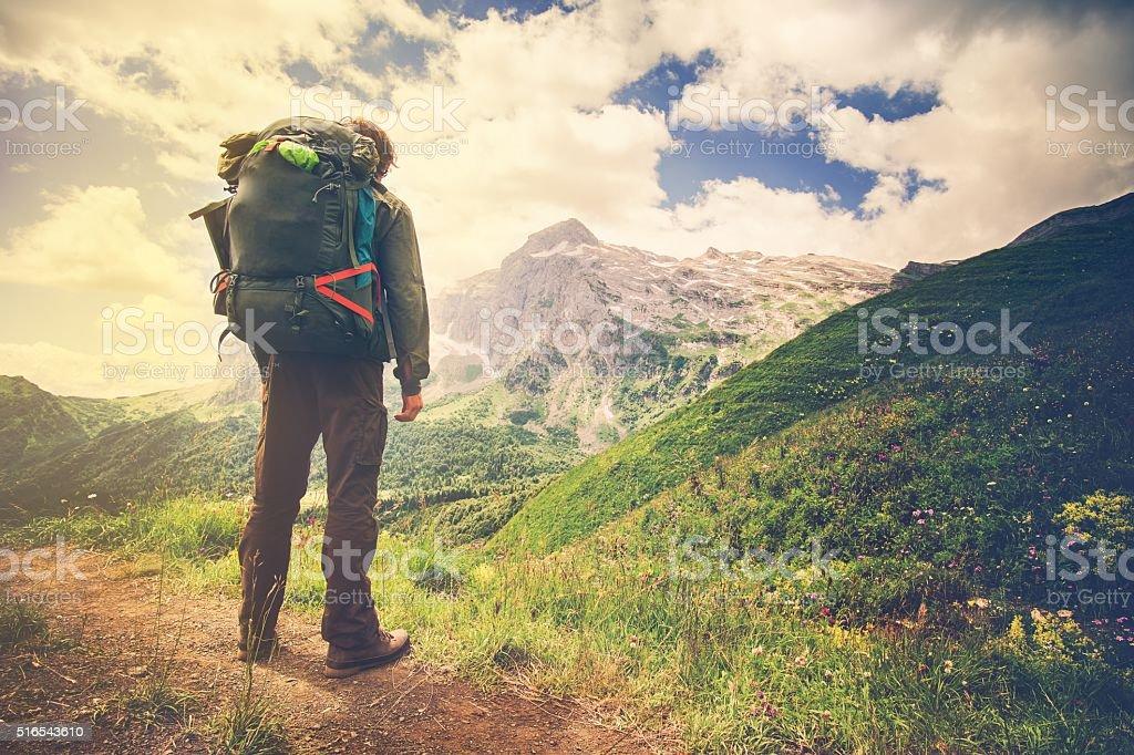 Reisender Mann mit großer Rucksack für Bergsteiger Reisen Lifestyle-Konzept – Foto