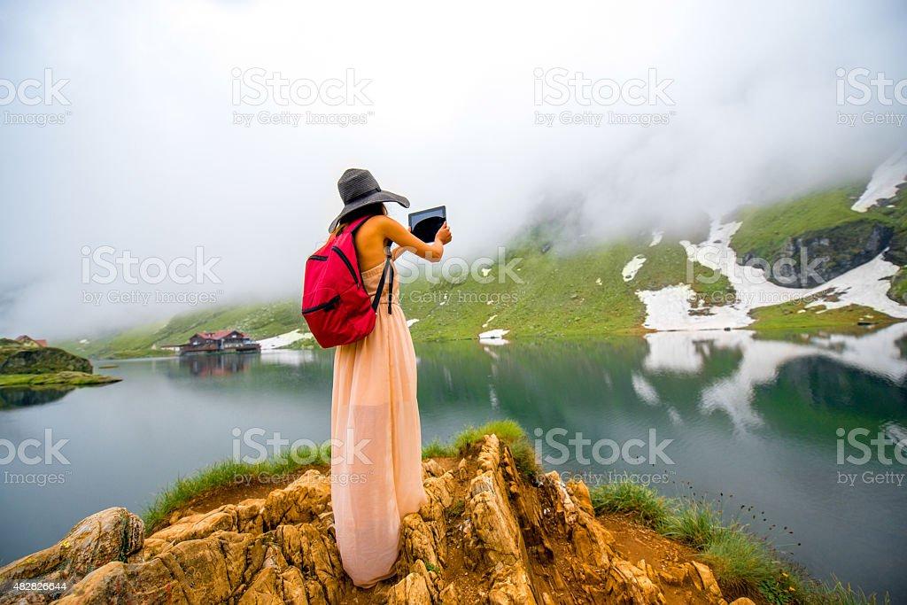 Voyageur sur le lac de montagne - Photo