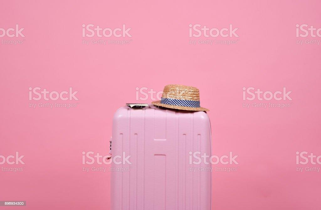 Reisenden rosa Koffer und Pass über rosa Hintergrund, Reise dokumentieren und Reise-Konzept. – Foto