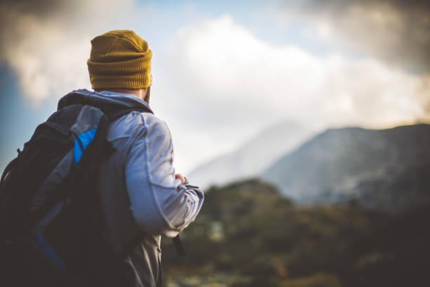 Reisenden Einsamkeit in Bergen – Foto