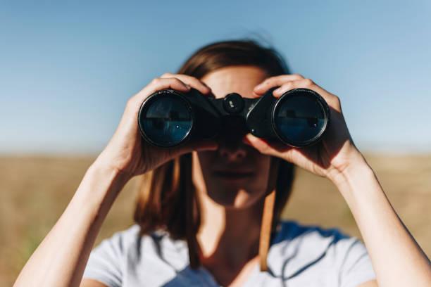 Voyageur d'espionnage par le biais de jumelles - Photo
