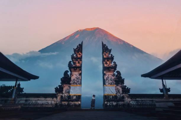 reiziger staat aan de poorten van pura lempuyang temple aka gates of heaven bali, indonesië - bali stockfoto's en -beelden