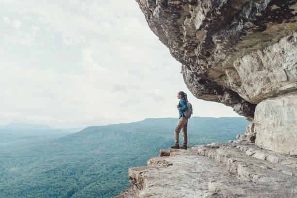 崖の上に立っている旅行者。 - クラスノダール市 ストックフォトと画像