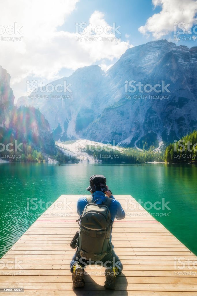 Traveler taking photo of Lake Braies in Italy. zbiór zdjęć royalty-free