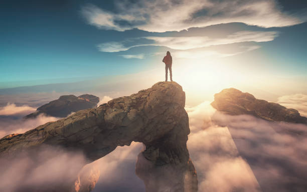 traveler with a backpack standing on a mountain peak above clouds. 3d render illustration - prosperidade imagens e fotografias de stock