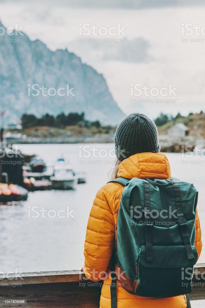 Reisende mit Rucksack genießen Norwegen Dorf Landschaft Reisen Lifestyle Konzept Abenteuer Winterurlaub im freien – Foto