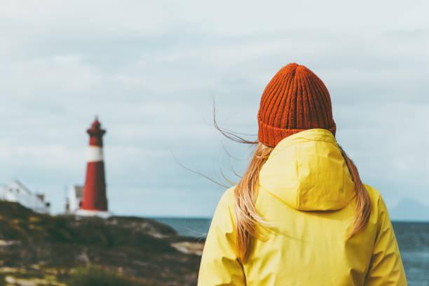 Reisenden Frau genießen Norwegen Leuchtturm Meer Landschaft Reisen Lifestyle Einsamkeit Konzept skandinavischen Ferien Outdoor-melancholische Gefühle – Foto