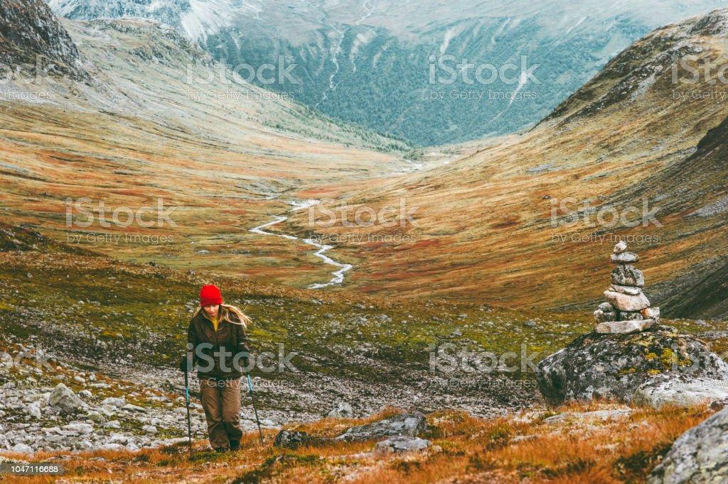 Reisenden Frau Wandern im skandinavischen Gebirge Reisen Lifestyle Fernweh Konzept Abenteuer Aktivurlaub im freien – Foto