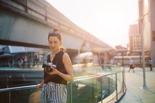 Vrouw Van De Reiziger In Bangkok Downtown District Met Een Vintage Filmcamera Stockfoto en meer beelden van Alleen volwassenen