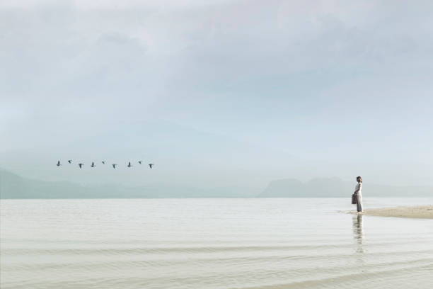 Reisenden Frau Blick auf unberührte Natur – Foto