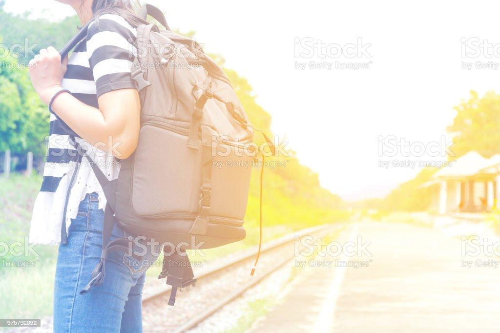 Reisenden Frau zu Fuß und wartet Zug am Bahnsteig - Lizenzfrei Abschied Stock-Foto