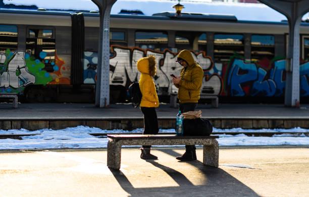 Reisende und Pendler warten auf einen Zug auf dem Bahnsteig des Bukarester Nordbahnhofs (Gara de Nord) in Bukarest, Rumänien, 2020 – Foto