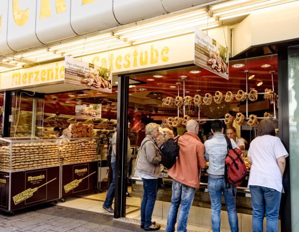 reisende in einer bäckerei in deutschland - cafe köln stock-fotos und bilder