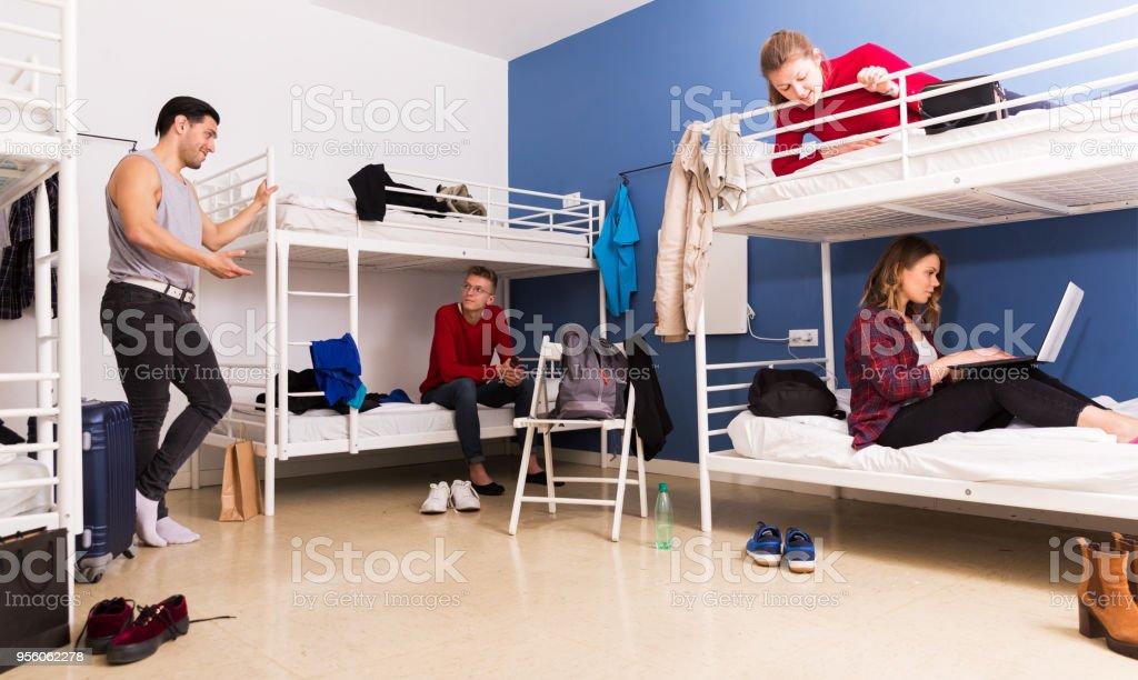 Voyageurs communiquant dans la chambre de l'Auberge de jeunesse - Photo