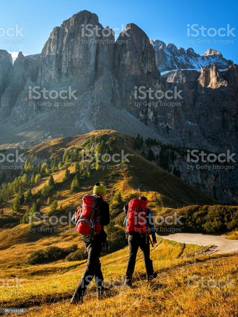Reisende Wanderung die atemberaubenden Landschaft der Dolomiten – Foto