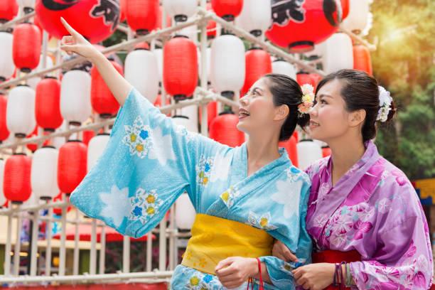 出張祭典提灯の前に立って - 伝統的な祭り ストックフォトと画像