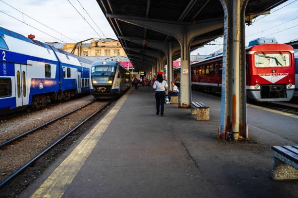 Reisende, die auf einen Zug warten, auf dem Bahnsteig des Bukarester Nordbahnhofs (Gara de Nord) in Bukarest, Rumänien, 2019 – Foto