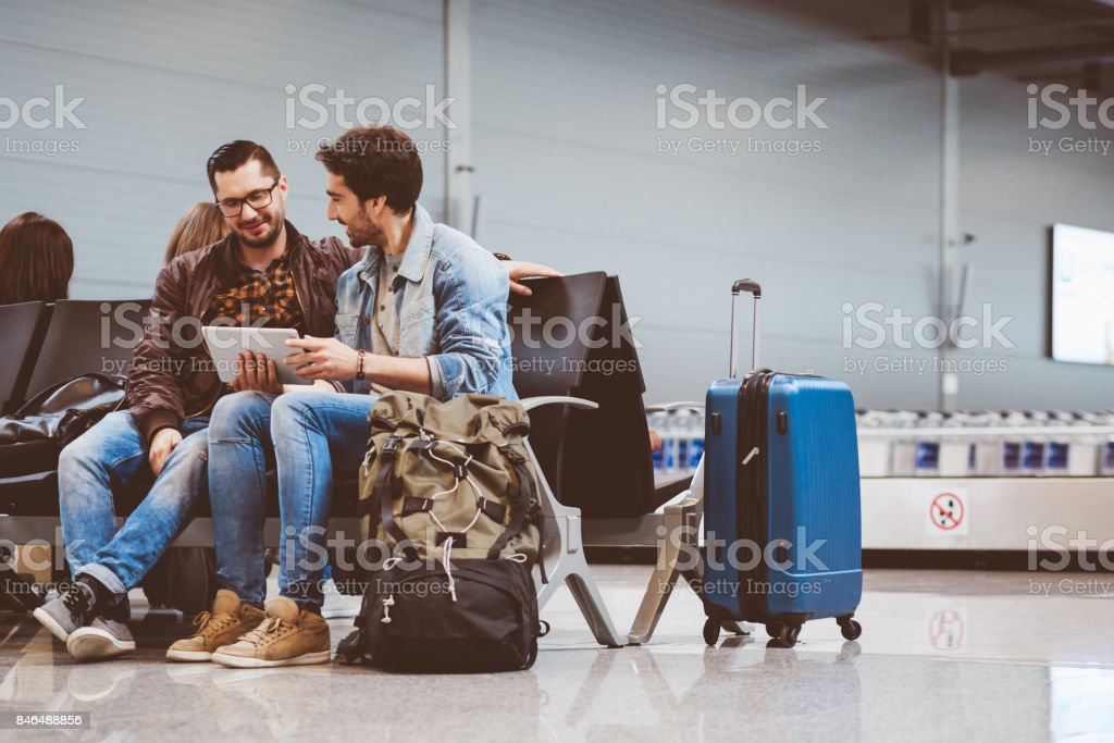 Reisende warten im Flughafen-terminal Lizenzfreies stock-foto