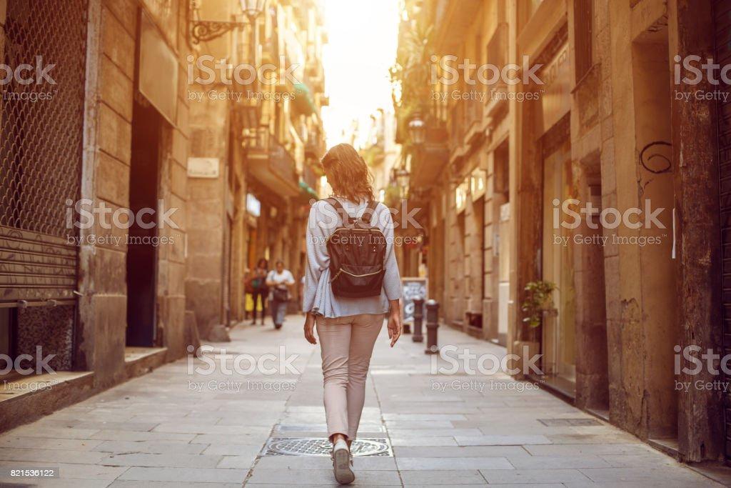 Voyage femme marchant sur la rue de la ville européenne, tourisme en Europe, voyage fond - Photo