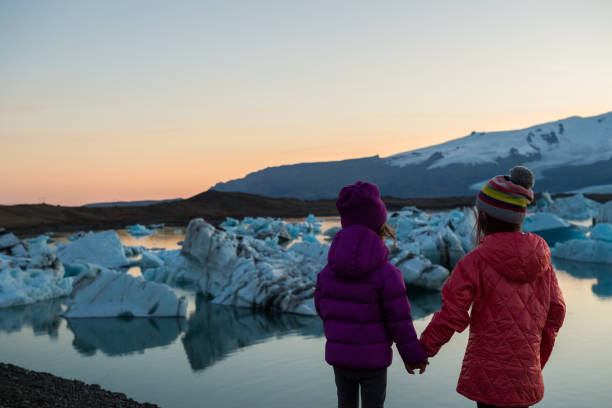 Traveling Iceland with kids Kids at Jokulsarlon Lagoon jokulsarlon stock pictures, royalty-free photos & images