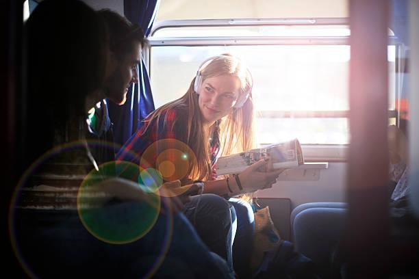 sie ist spaß und macht sie sich kostenlos - bahn reisen stock-fotos und bilder