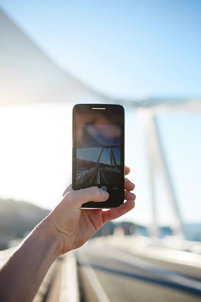 sie sind landschaftsbilder auf ein mobiltelefon - nachrichten video stock-fotos und bilder