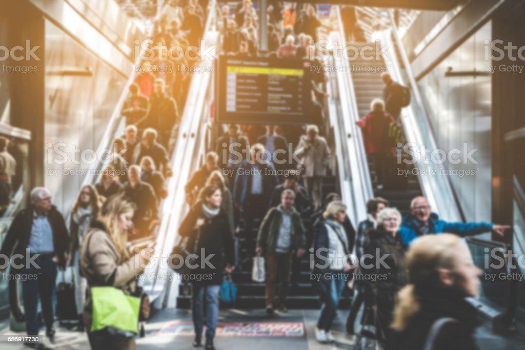 Reisen Menschen auf überfüllten Rolltreppe – Foto
