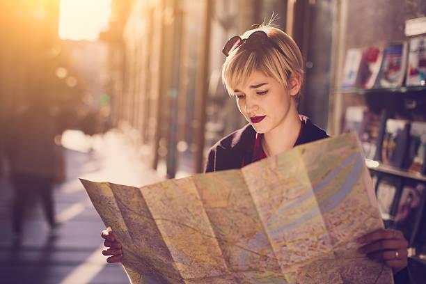 auf reisen - geführtes lesen stock-fotos und bilder