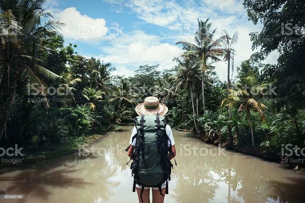 Reisende Frau schaut an tropischen Fluss – Foto