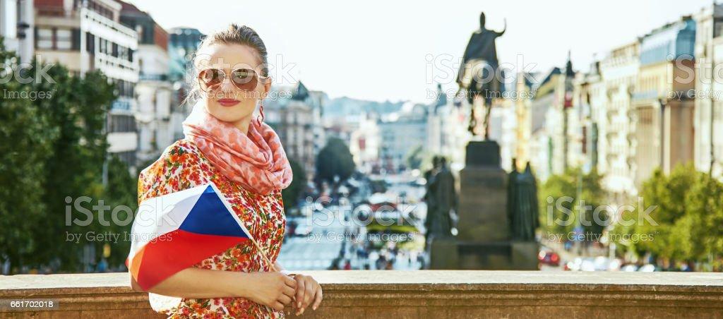 traveller woman on Vaclavske namesti in Prague with Czech flag - foto de stock