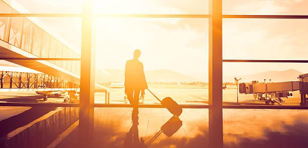 viaggiatore donna in attesa - donna valigia solitudine foto e immagini stock