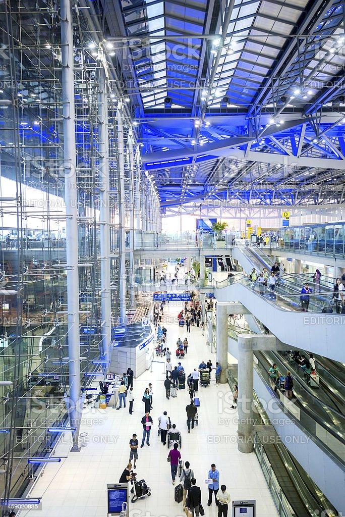 Los viajeros en Rush, aeropuerto de Bangkok - foto de stock