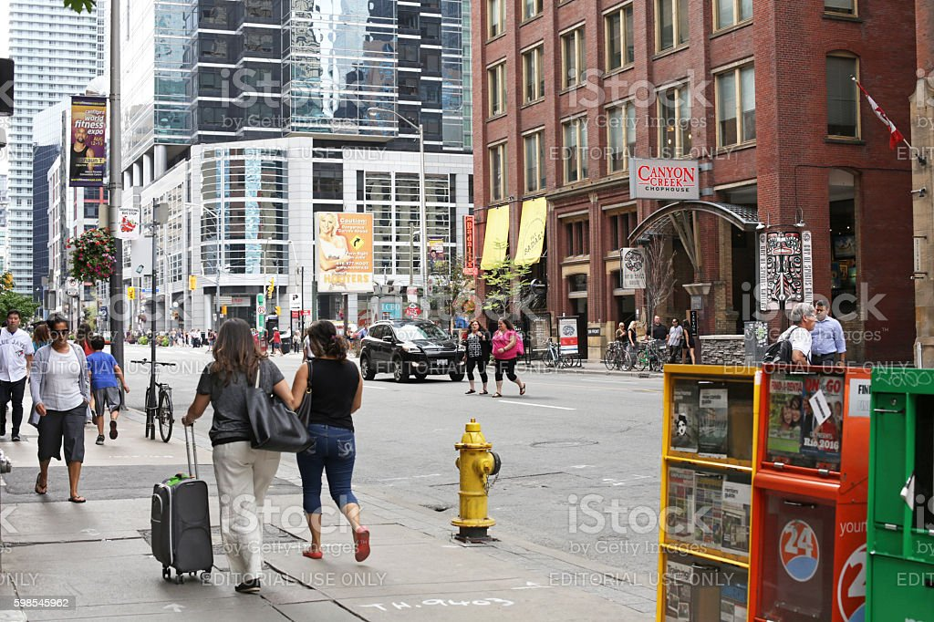 Travellers Walking on Front Street, Downtown Toronto, Canada in Summer photo libre de droits