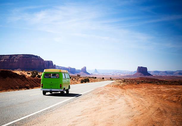 viajando no monument valley com uma verde antigo van - viagem aos estados unidos - fotografias e filmes do acervo