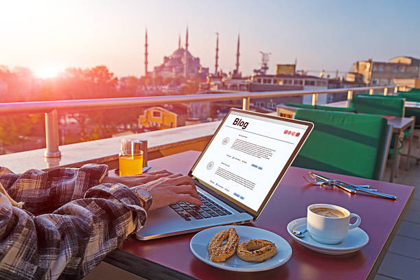 Reisen Person Arbeiten auf Laptop-Computer im Café – Foto