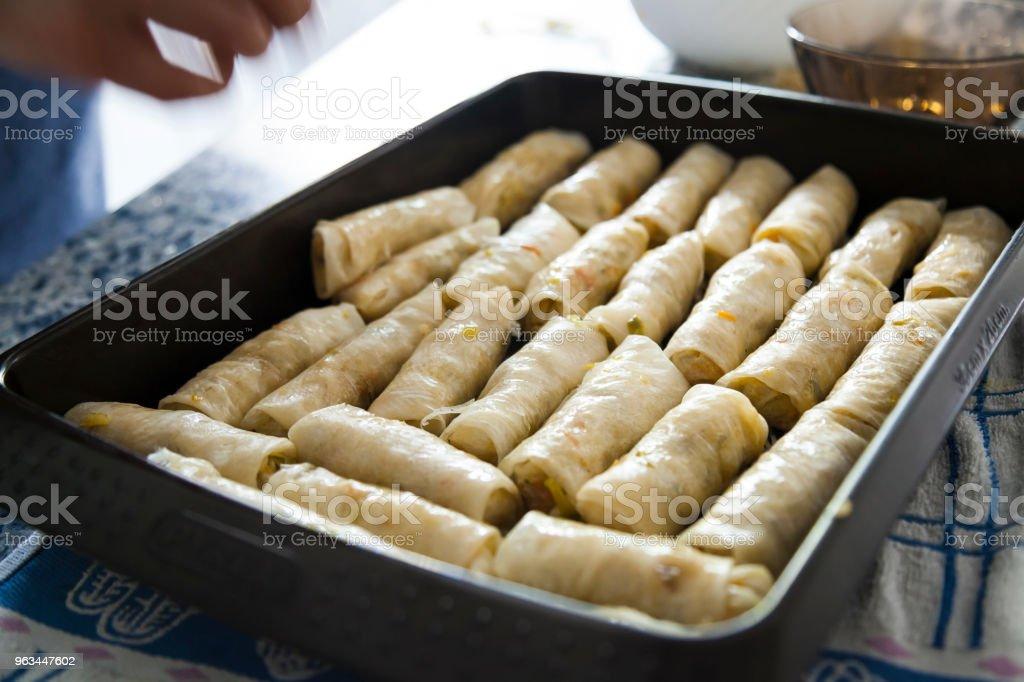 Bac plein de frais nems roulés avant d'être cuit au four. - Photo de Aliment libre de droits