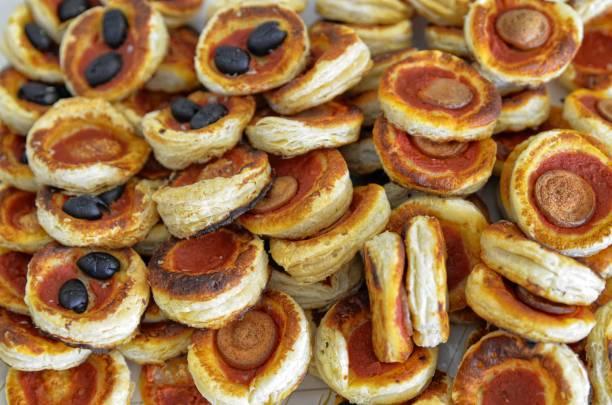 tablett voller pizzette salamis - frucht pizza cookies stock-fotos und bilder