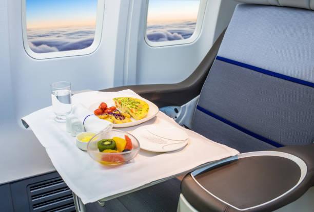 飛行機の中の食べ物のトレイ - 機内食 ストックフォトと画像