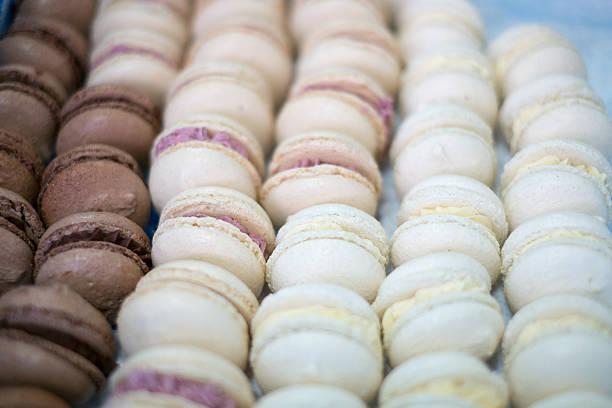 Tablett mit Makronen Schokolade und Vanille – Foto