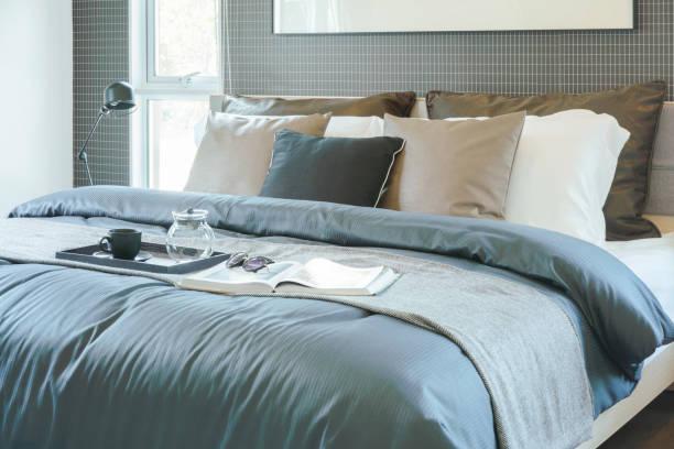 tablett mit tee-set, buch und sonnenbrille auf in modernen klassischen stil innen schlafzimmer - marineblau schlafzimmer stock-fotos und bilder