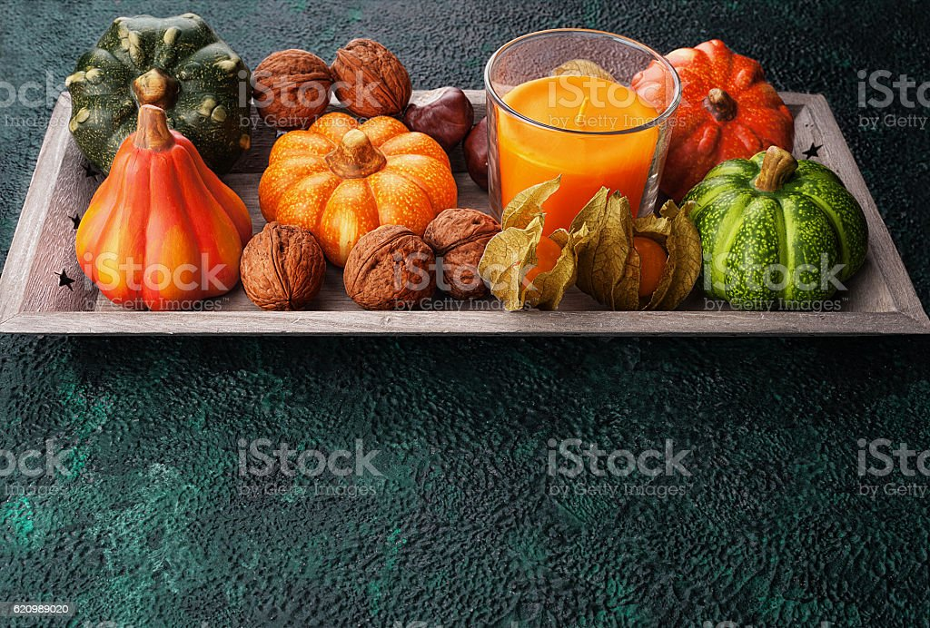 Tray with autumn harvest on textural background foto royalty-free