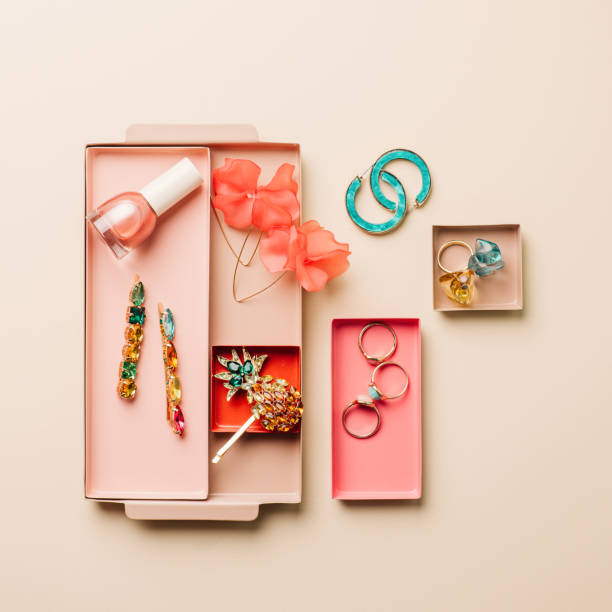 Bandeja con accesorios femeninos desde arriba - foto de stock