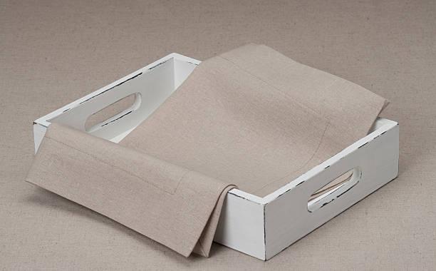 поднос с природными и скатерть льняная салфетка - rbg стоковые фото и изображения