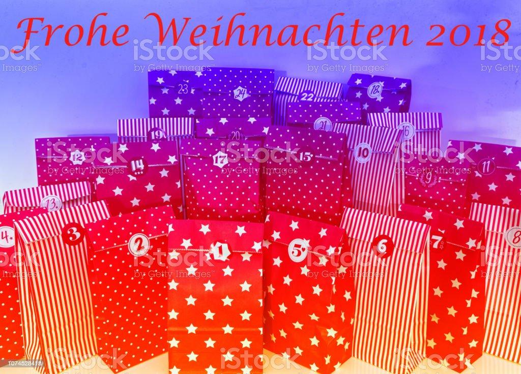 Frohe Weihnachten Englisch.Türchen Eines Adventskalenders Mit 24 Päckchen In Rot Mit In Deutsch