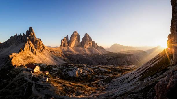 tre cime di lavaredo at sunset , dreizinnenhütte - rifugio antonio locatelli - dolomiti foto e immagini stock