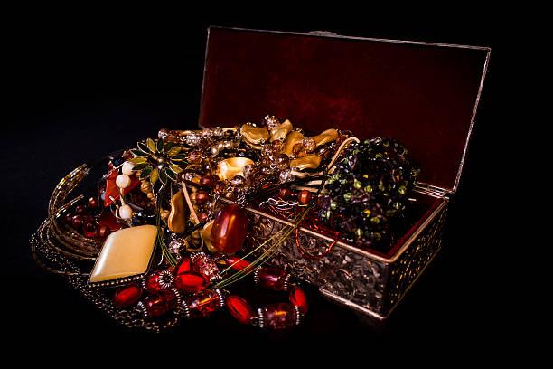 treasure box - goldgefüllte kette stock-fotos und bilder