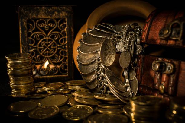 schatztruhe und münzen - altes schmuckkunsthandwerk stock-fotos und bilder