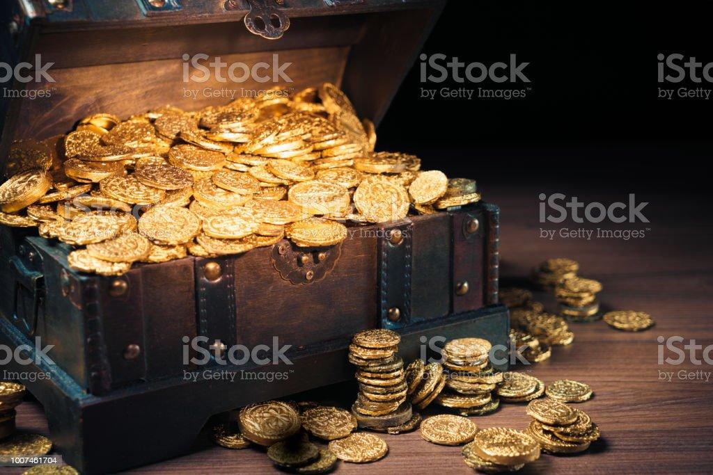 寶箱裝金幣 - 免版稅充裕圖庫照片