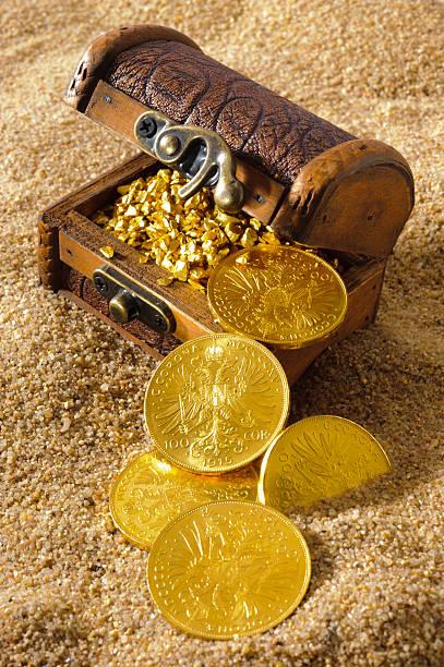 schatzkiste aus pirates mit goldenen münzen, nuggets - goldgefüllte kette stock-fotos und bilder